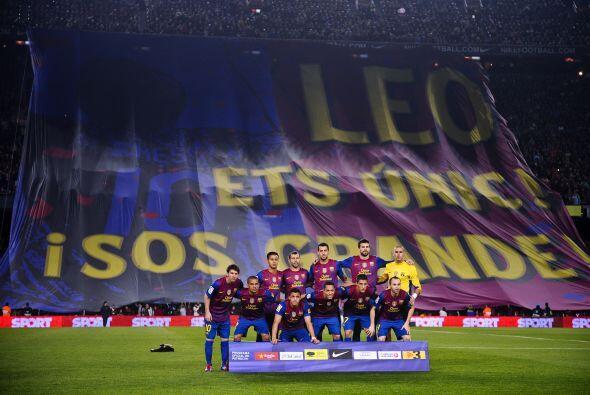 La gente del Barcelona mostró una bandera gigante en agradecimiento a Li...