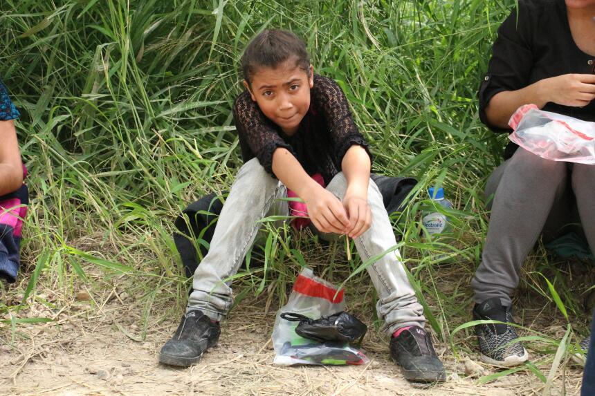 Esta niña salvadoreña viajaba con su mamá. Buscan el futuro mejor que no...
