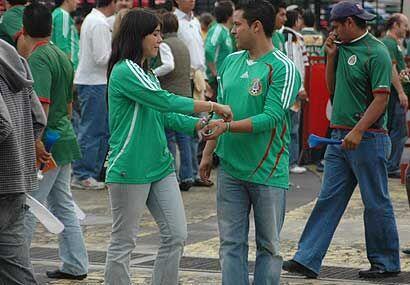 Cualquier lugar de la catedral del fútbol mexicano es un buen lugar para...