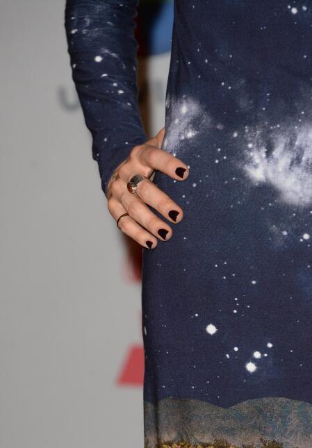 Un extra en su look: dos anillos que complementó con un color de uñas ne...