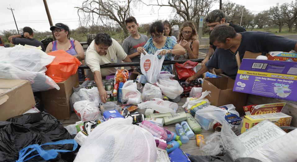 Residentes de Rockport reciben donaciones de insumos básicos.