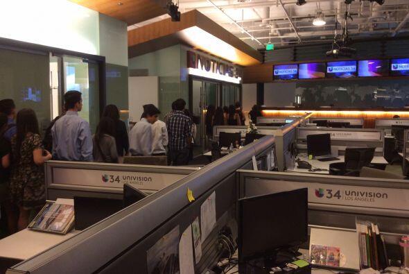 El evento culminó con una gira de la sala de noticias y los estudios de...