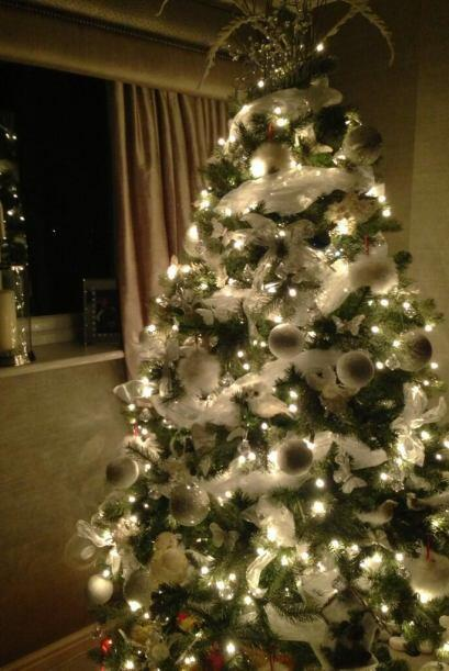 La actriz británica Michelle Keegan, adornó su árbo...