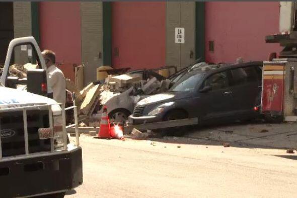 Los autos estacionados quedaron cubiertos de escombros y algunos sufrier...