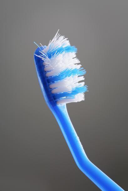 El cepillo de dientes te ayudará a llegar a los lugares más difíciles pe...