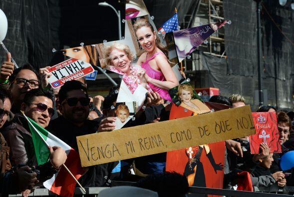 Con banderas, pancartas, afiches, posters miles se apostaron en las acer...