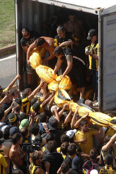 Los hinchas de Peñarol bajando la bandera del club uruguayo antes del pa...