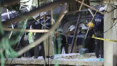 Rescatistas han sacado los restos de dos personas entre los escombros.