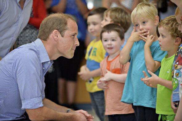 William saludando a varios niños.