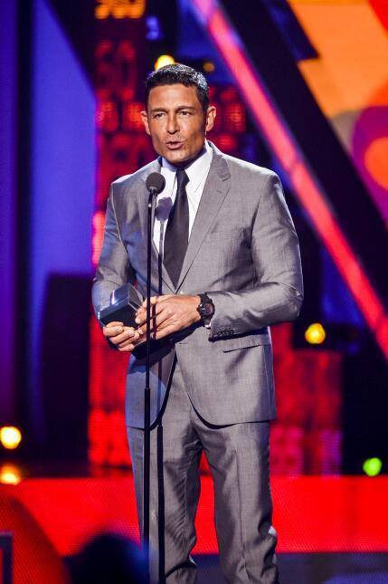 Fernando Colunga recibe el premio a 'Mi Protagonista Favorito' en #Premi...