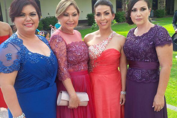 La familia de la novia. La orgullosa mamá de Ana acompañada de sus hijas.