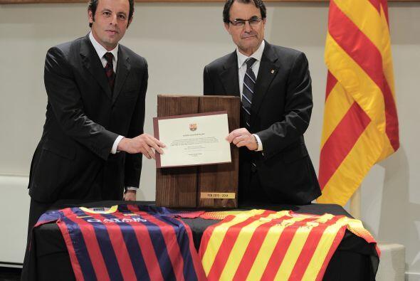 Artur Mas, presidente de Cataluña, y Sandro Rosell, del barcelona, hicie...