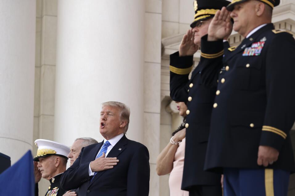Trump canta el himno nacional en el Cementerio de Arlington