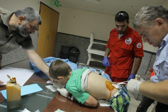 Un niño recibe tratamiento en un hospital después de dos explosiones en...