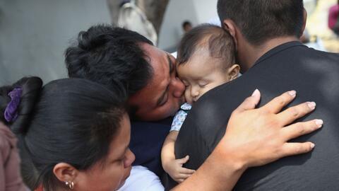 Eric Pérez se despide de su hija de 18 meses antes de ser deportado a Gu...
