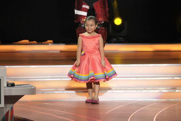 Karlita llegó al escenario para demostrarnos su imponente voz.