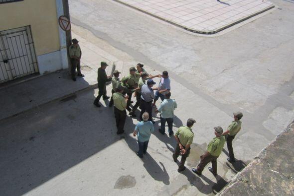 Agentes de la seguridad cubana detienen con violencia a dos opositores q...