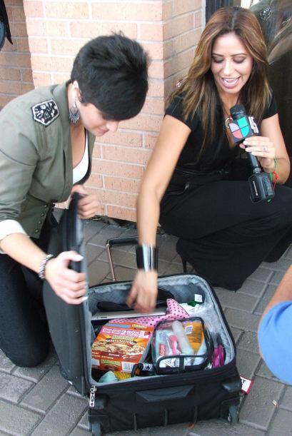 Y con lo curiosa que es, hasta le abrió la maleta a una muchacha para ve...