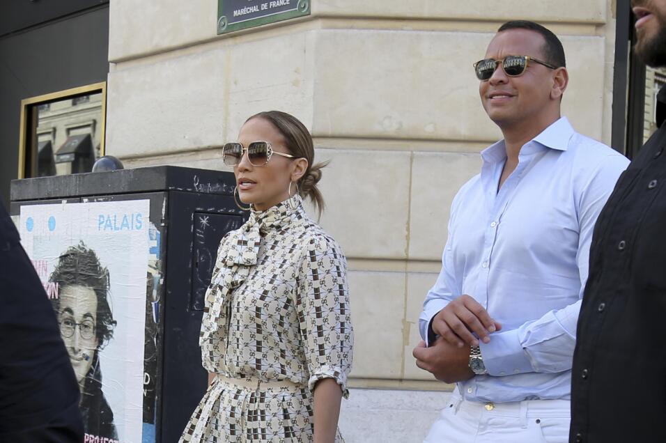 Poco antes de entrar al Museo Louvre, Alex Rodríguez se acomodó las mang...