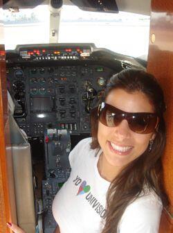No se asusten que ella no va a pilotear el avión...