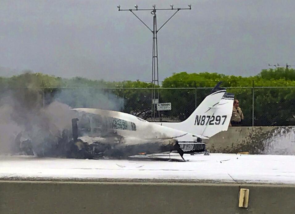 Una avioneta se accidentó sobre la autopista 405 en el sur de Cal...