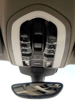 El Porsche Panamera S tiene tecnología de punta incluso en el techo.