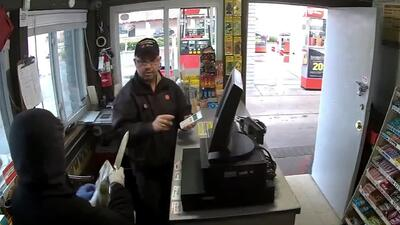 Cuchillo en mano, esta mujer asaltó una tienda en California