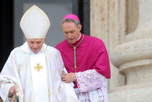 Benedicto XVI es ayudado para presenciar este hecho histórico.