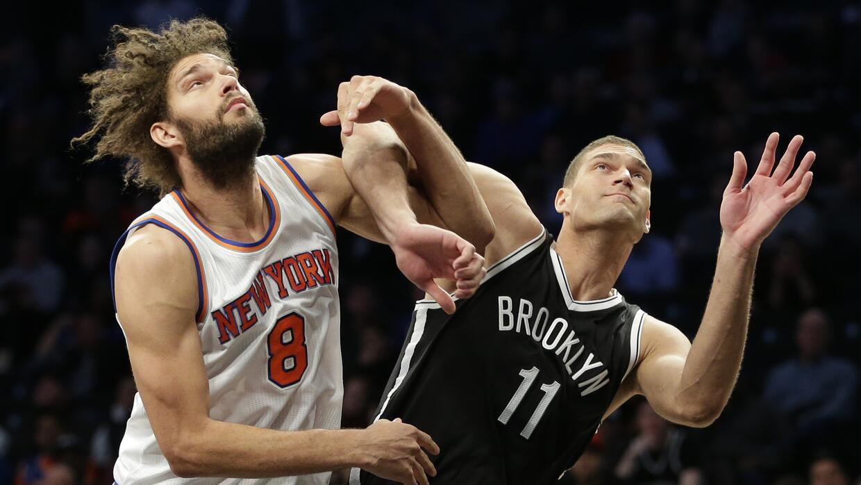 Robin López (8) de los Knicks de Nueva York y su hermano Brook López (11...