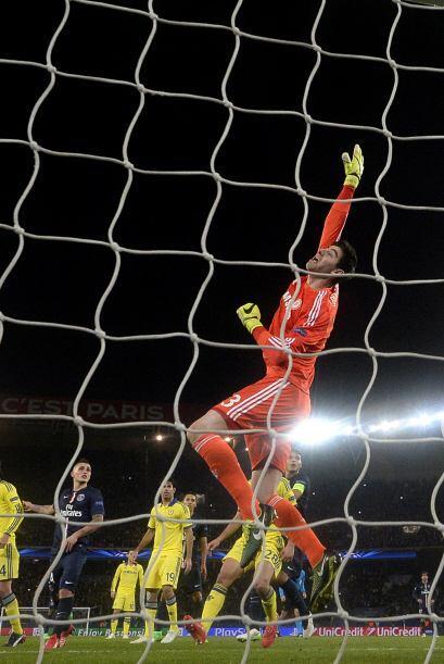 Pero el portero del Chelsea se convirtió en factor en varias ocasiones p...