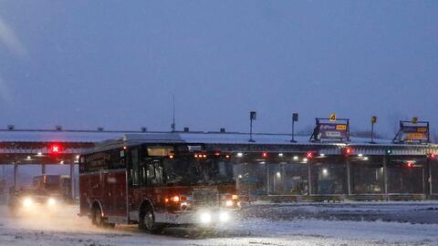 Un vehículo de emergencia sale del Thruway cerca de Buffalo en mo...