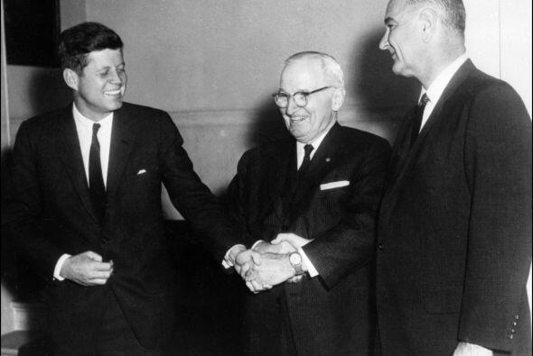 En el marco de esta tensión, en abril de 1961, Kennedy lanzó un plan par...