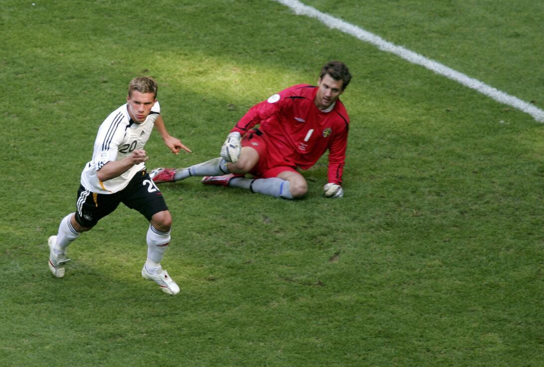 Misterio Podolski: con clubes era Clark Kent; y con Alemania, Superman 1...