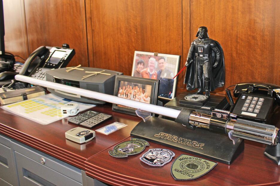 Las curiosidades de la oficina de Arturo Acevedo, el comandante de la Po...