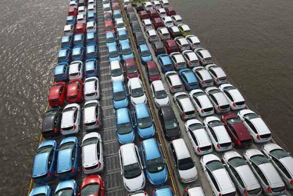 Cientos de modelos Ford nuevos son transportados por el río Rin c...