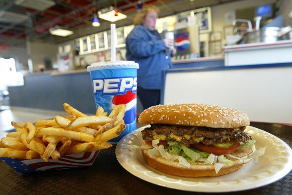 En una sola comida rápida es muy fácil consumir suficiente grasa, sal y...