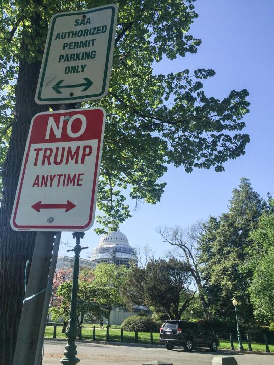 El cartel ante el Capitolio en Washington DC.