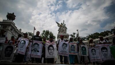 Manifestación de padres de Ayotzinapa culmina con enfrentamiento