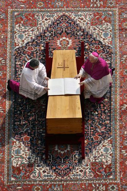 Juan Pablo II falleció el 2 de abril de 2005 conmocionando a una...