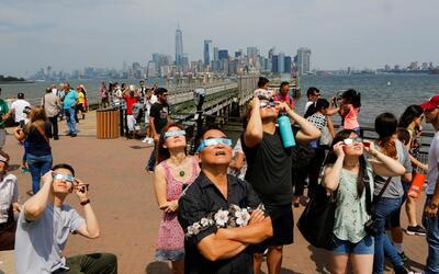 Muchos vieron el eclipse desde Liberty State Island con el Bajo Manhatta...