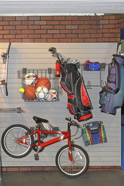 Equipo deportivo. Raquetas, palos de golf, balones y otros implementos d...