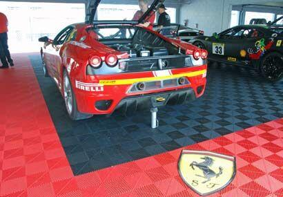 Algunos equipos decoran las áreas de apoyo para sus autos con todo el lu...