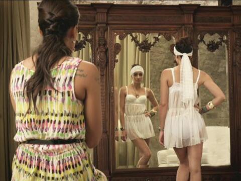 Natasha tuvo que improvisar con su vestido de novia, pues el que ten&iac...
