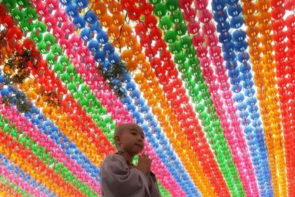 Un niño ora durante la ceremonia en Seúl, Corea del Sur.