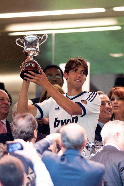 El propio Kaká levantando el trofeo que estaba en disputa.