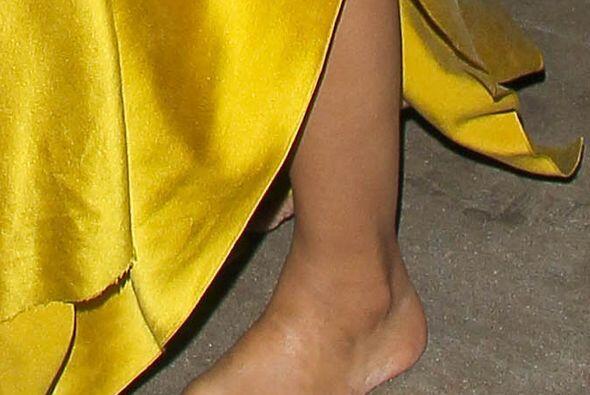 ¿Sabes qué famosa salió descalza de una entrega de premios? Mira aquí lo...