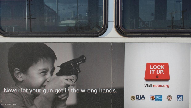 Campaña en autobuses de Los Ángeles para guardar armas en sitio seguro