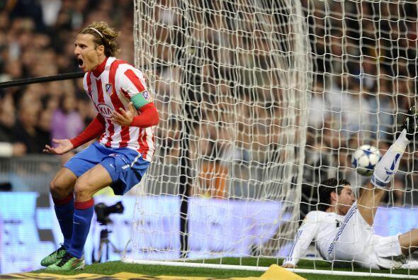 Esto porque se dio cuenta que Diego Forlán llegaba para mandar el balón...