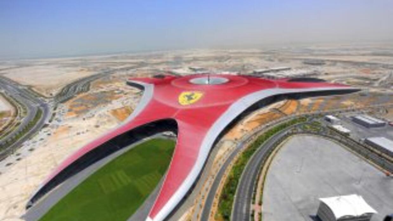 Con un diseño impresionante, El Ferrari World abrió sus puertas en Abu D...