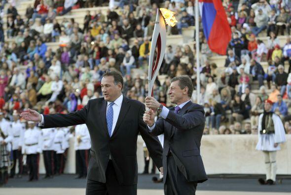 La llama fue entregada al viceprimer ministro ruso, Dmitry Kozak.
